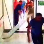 Ölüm haberini veren asistan doktora yoğun bakım kapısını kırıp saldırdılar!